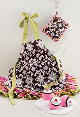 Little girl apron potholder and cupcakes from Sew Gifts